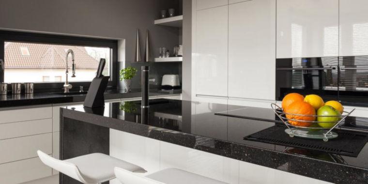 Cucina bianca con top grigio scuro