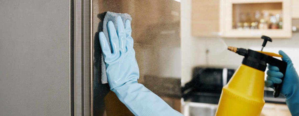 Come pulire il frigorifero: prodotti e trucchi