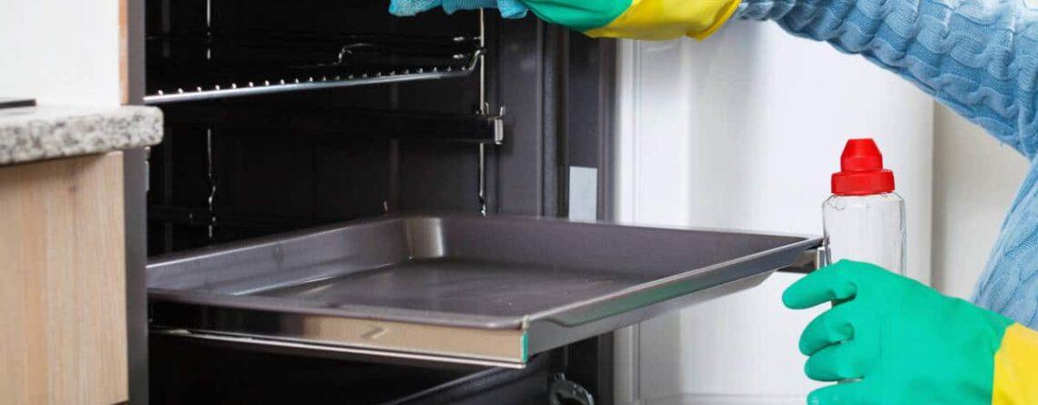 Tutti i metodi e i consigli su come pulire il forno di casa